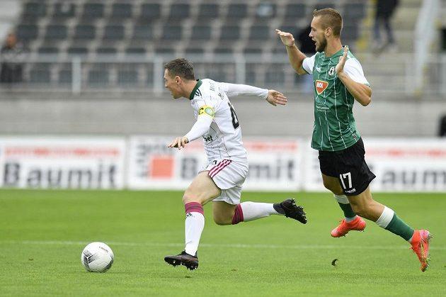 Zleva Callum McGregor ze Celticu a Miloš Kratochvíl z Jablonce v utkání 3. předkola fotbalové Evropské ligy
