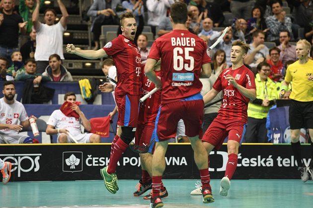 Český reprezentant Adam Delong (vlevo) se raduje z gólu se spoluhráči Jiřím Bauerem a Danielem Šebkem.