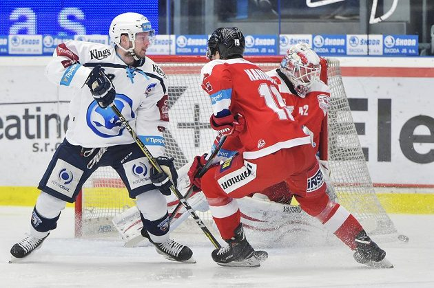 Zleva Miroslav Preisinger z Plzně a olomoučtí hráči Lukáš Nahodil a brankář Branislav Konrád v akci během druhého čtvrtfinále play off.