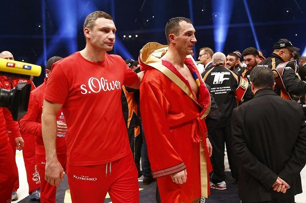 Vladimira Klička (vpravo) utěšoval i jeho bratr Vitalij.