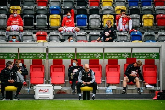 Na lavičkách teď platí zcela jiný zasedací pořádek...