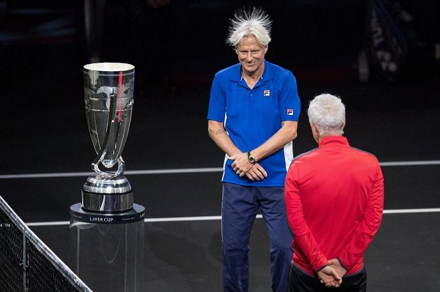 Kapitánovi týmu Evropa Björnu Borgovi stály během slavnostního zahájení Laver Cup vlasy. Zády stojí kapitán výběru Světa John McEnroe.