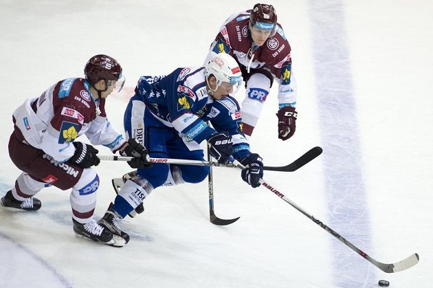 Sparťané zleva Michal Dragoun a Miroslav Forman se snaží zastavit Tomáše Vondráčka z Komety.
