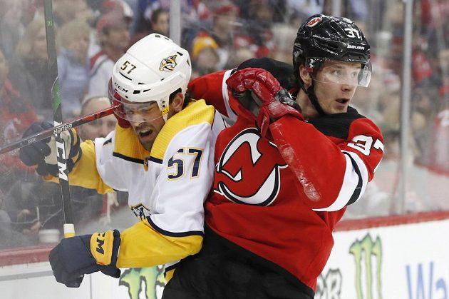 Útočník New Jersey Devils Pavel Zacha (37) v souboji s obráncem Nashvillu Predators Dantem Fabbrem (57).