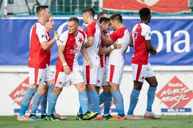 Nicolae Stanciu (třetí zprava) ze Slavie oslavuje se spoluhráči gól na 4:1 proti Teplicím.