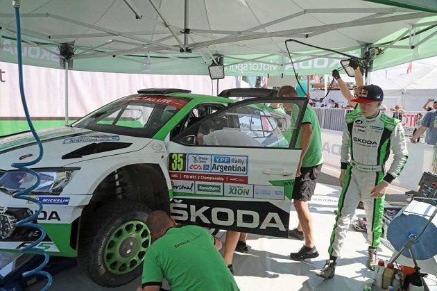 Mechanici týmu Škoda Motorsport při údržbě soutěžní Fabie R5, kterou v Argentině při pátém díle MS pilotoval Kalle Rovanperä.