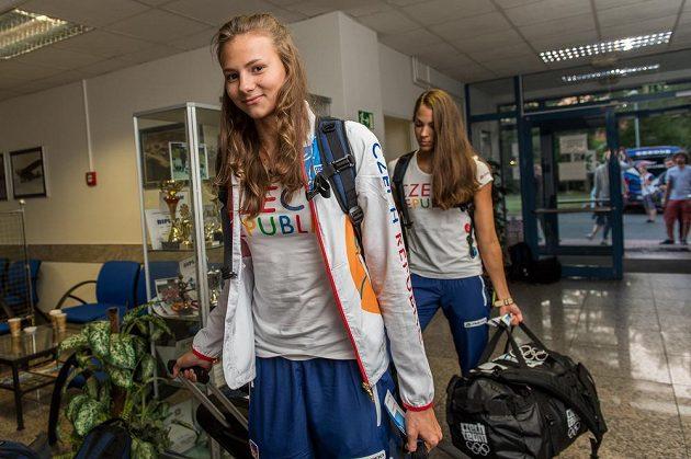 Plavkyně Barbora Seemanová (vpředu) a Lucie Svěcená během odletu první části olympijské výpravy na LOH do Ria.
