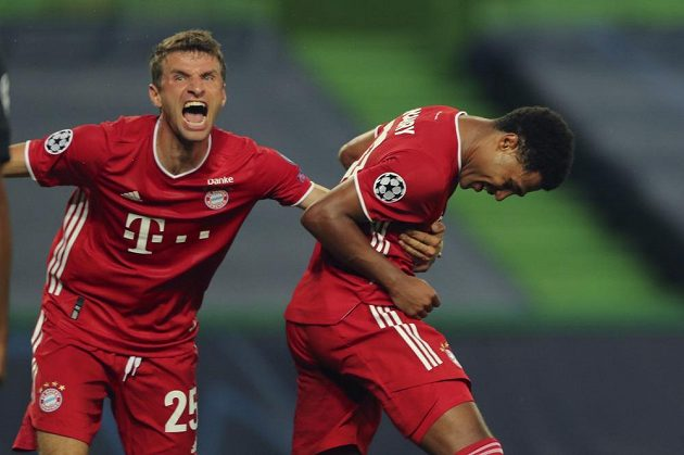 Fotbalisté Bayernu Mnichov Serge Gnabry (vpravo) a Thomas Müller se radují z gólu proti Lyonu v semifinále Ligy mistrů.