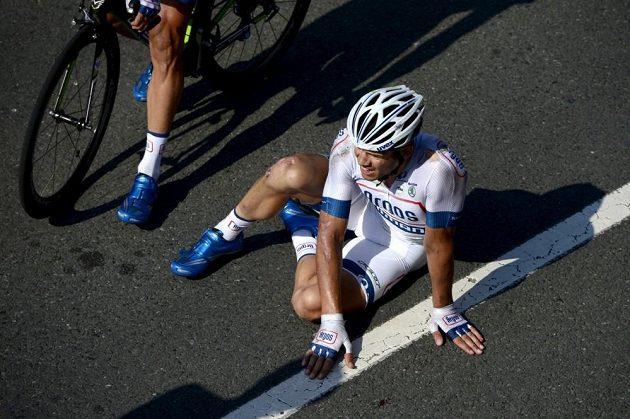 Nizozemský cyklista Tom Veelers se zvedá ze země poté, co jej ve spurtu do cíle 10. etapy srazil Brit Mark Cavendish.