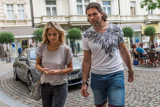 Jaromír Jágr a jeho partnerka Veronika Kopřivová po příjezdu do karlovarského hotelu Pupp na vyhlášení ankety Zlatá hokejka.
