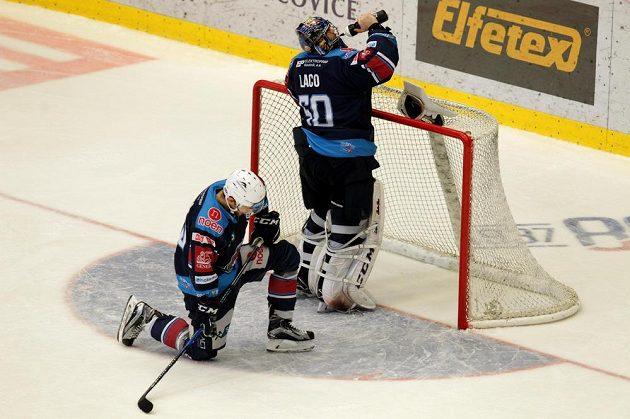 Zklamaní hráči Chomutova (zleva) Jan Rutta a brankář Ján Laco po prohraném utkání čtvrtfinále play off hokejové extraligy v Třinci.