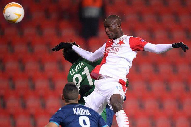 Abdallah Sima ze Slavie a jeho gólová hlavička na 1:0 proti Hapoelu Beer Ševa.