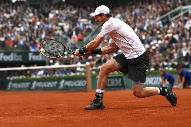 Bekhendový úder Andyho Murrayho ve finále French Open proti Novaku Djokovičovi.