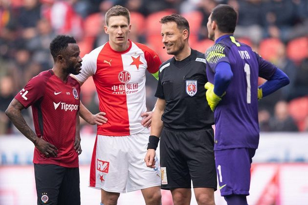 Rozhodčí Karel Hrubeš (druhý zprava) diskutuje s hráči. Zleva Guélor Kanga, Milan Škoda a Florin Nita.