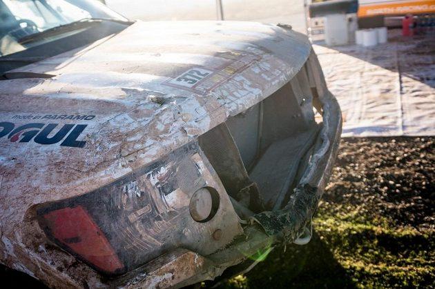 Poničený předek vozu Borise Vaculíka po nehodě na Rallye Dakar.