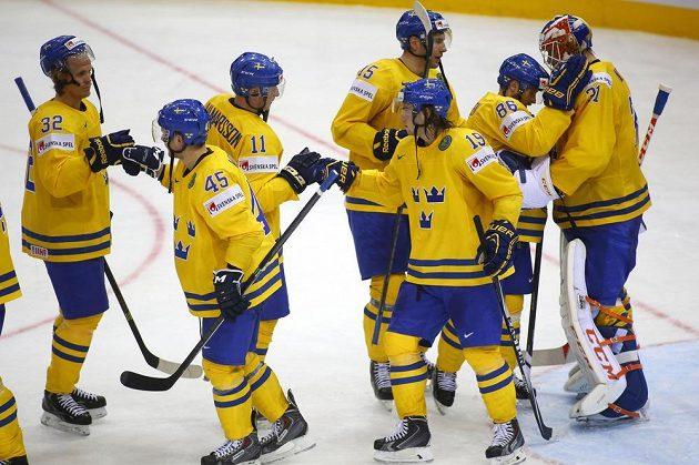 Hokejisté Švédska slaví na mistrovství světa v Minsku vítězství nad Dánskem.