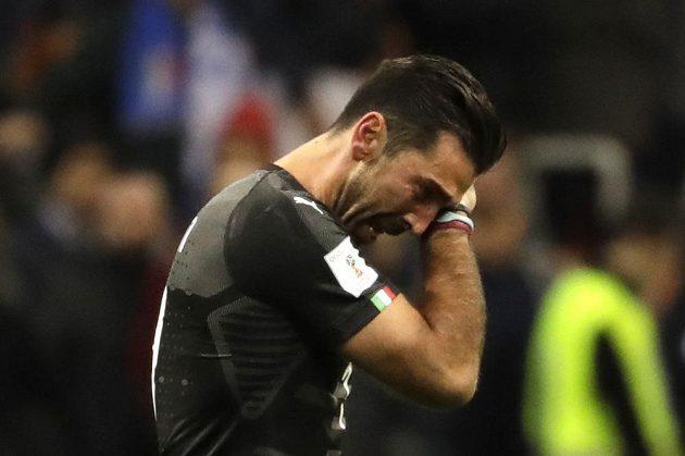 Italská fotbalová legenda mezi tyčemi Gianluigi Buffon vyřazení v baráži oplakala a vzápětí ukončila reprezentační kariéru.