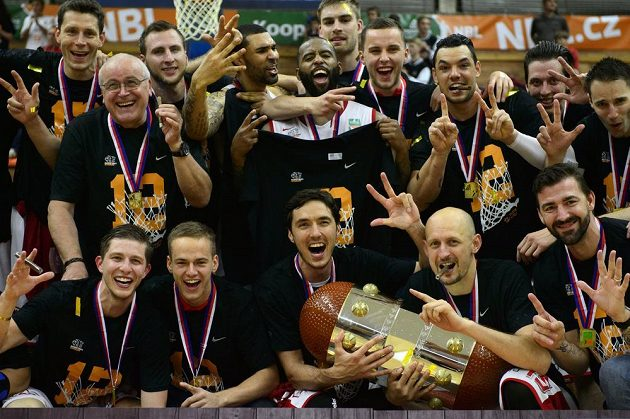 Basketbalisté Nymburku se po výhře nad Děčínem 96:59 stali podvanácté za sebou českými mistry.
