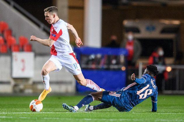 Lukáš Provod ze Slavie Praha a Thomas Partey z Arsenalu během odvety čtvrtfinále Evropské ligy v Praze.