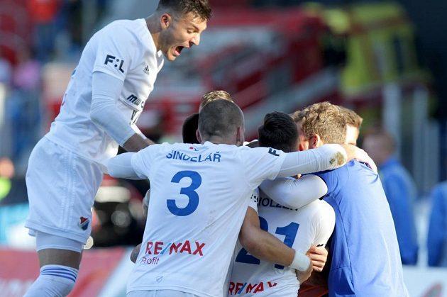 Patrizio Stronati z Baníku Ostrava (vlevo ve výskoku) se raduje se spoluhráči z druhé branky na 2:1.