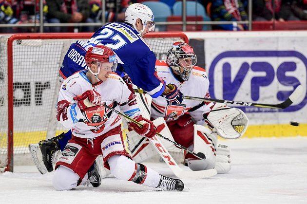 Brněnský útočník Jakub Orsava (uprostřed) střílí gól. Vlevo je Maris Bičevskis, vpravo brankář Brandon Maxwell z Hradce Králové.