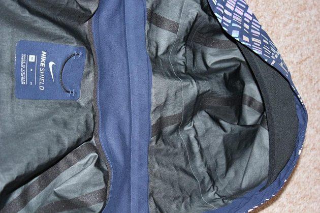 Běžecká bunda Nike HyperShield Flash: Kapuce má kvalitně podlepené švy a příjemný čelní pásek.
