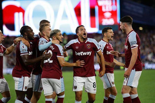 Fotbalisté West Hamu se radují z úvodní branky utkání