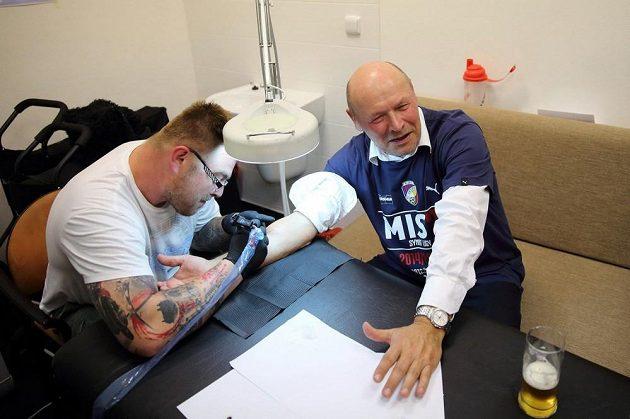 Plzeňský trenér Miroslav Koubek si nechává dělat tetování.