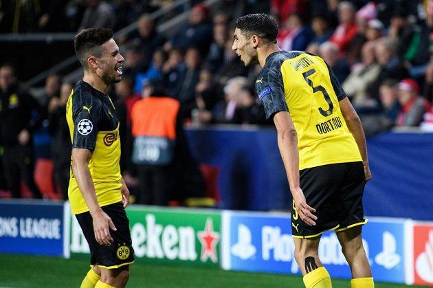 Achraf Hakimí z Dortmundu (vpravo) oslavuje gól na 1:0 během utkání základní skupiny Ligy mistrů na hřišti Slavie.