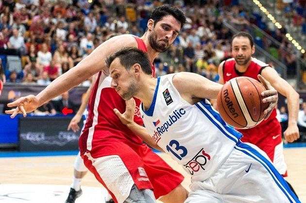 Český basketbalista Jakub Šiřina se snaží přejít přes Tunisana Mourada El Mabrouka.