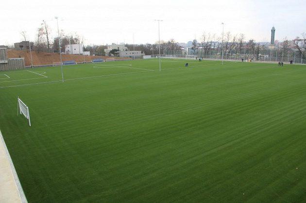 Kromě hlavního hřiště má areál i tréninkové plochy.