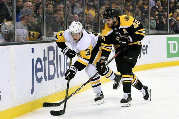 David Krejčí (46) z Bostonu a Olli Määttä (3) z Pittsburghu.