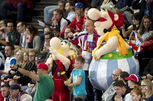 Čeští fanoušci podporují národní tým v pařížské hale na jedničku, mistrovství světa si užívají. Stihnou se fotit i s maskoty šampionátu.