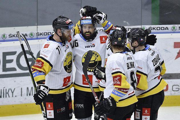 Autor litvínovského gólu Richard Jarůšek (druhý zleva) se raduje se spoluhráči.