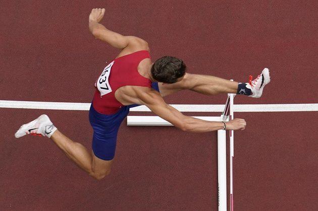 Vít Müller zdolává překážku v rozběhu na 400 m překážek na olympijském stadionu v Tokiu.