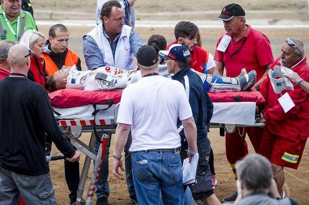 Nicki Pedersen z Dánska po pádu skončil na nosítkách v sanitce. Kvůli jeho nehodě se finále Zlaté přilby opakovalo.