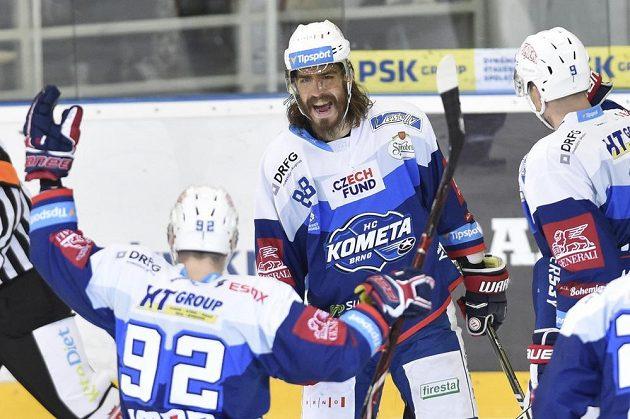 Hráči Brna se radují z gólu proti Spartě. Zleva Petr Holík, autor branky Peter Mueller a Bedřich Köhler.