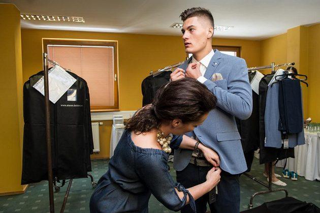 Patrik Schick během zkoušení obleků na srazu reprezentace do 21 let před nadcházejícím ME v Polsku.