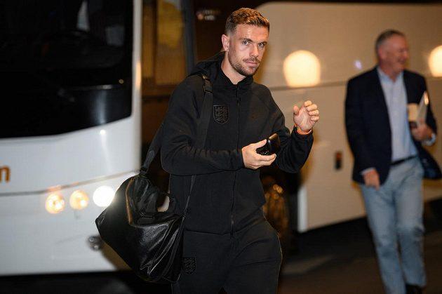 Záložník Anglie Jordan Henderson po příjezdu do hotelu Internacionál k zápasu kvalifikace ME