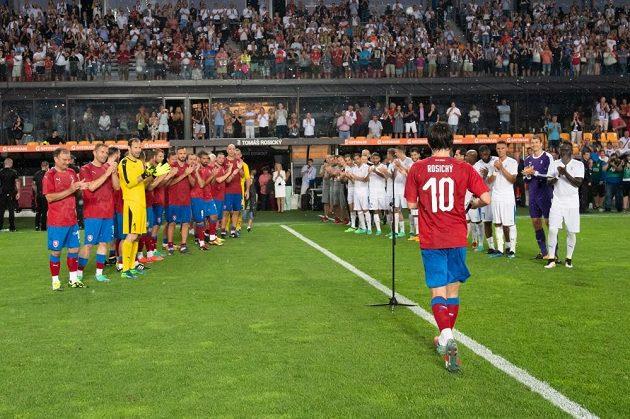 Potlesk od hvězd pro legendárního záložníka Tomáše Rosického. Ovace si vysloužil i od vyprodané Letné.