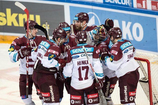 Hokejisté Sparty oslavují vítězství 4:1 ve třetím finále play off extraligy.