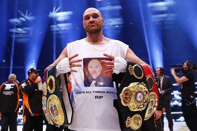 Čtyři! Britský boxer Tyson Fury na prstech svých rukou ukazuje, o kolik mistrovských pásů připravil Vladimira Klička a stal se na jeho úkor šampiónem v těžké váze.