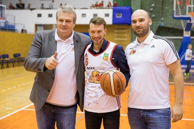 Leopold König po křtu kalendáře Svitav v klubovém dresu společně s šéfem týmu Pavlem Špačkem (vlevo) a Martinem Lepoldem.
