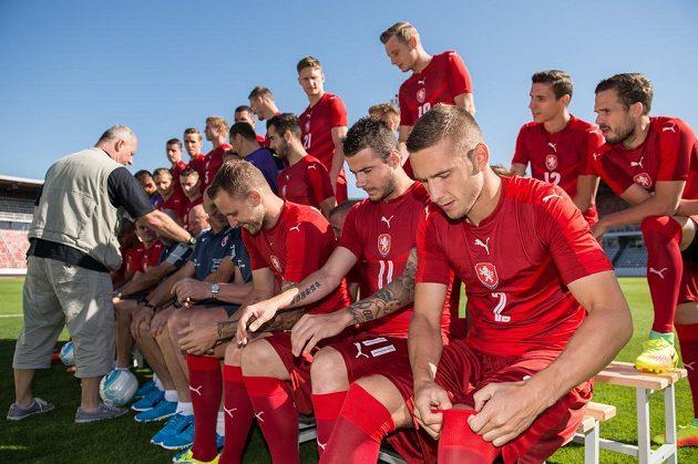 I nové trenéry českého národního týmu bylo třeba před oficiálním focením upravit. To Pavel Kadeřábek (vpravo) si povytáhnout stulpny nezapomněl.
