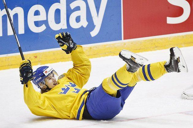 Švédský hokejista Oskar Lindblom slaví gól proti Slovensku ve čtvrtfinále MS hráčů do 20 let.