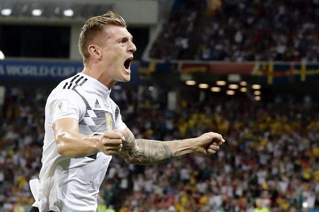 Německý reprezentant Toni Kroos slaví vítězný gól proti Švédům.