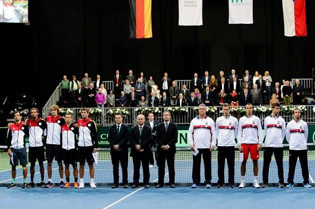 Německý tým (vlevo) a český výběr (vpravo) krátce před zahájeném vzájemného zápasu v 1. kole Davis Cupu.