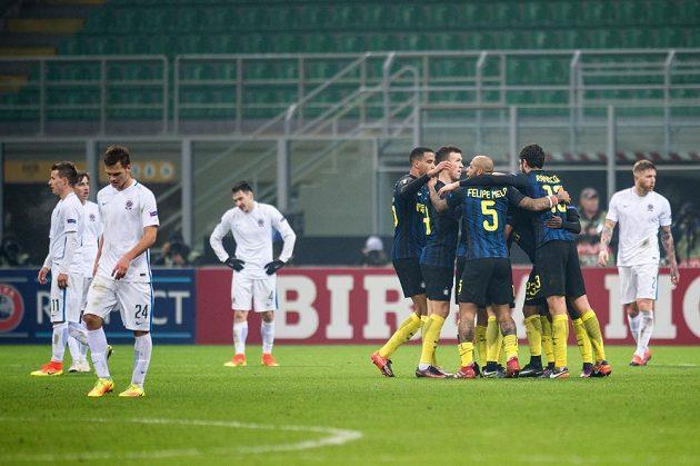 Fotbalisté Interu Milán oslavují gól na 2:1.
