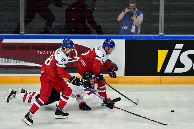 Utkání skupiny B mistrovství světa v hokeji: ČR - Kanada. Zleva český útočník David Pastrňák, Matt Duchene z Kanady a český reprezentant Jakub Jeřábek spěchají za pukem.