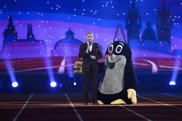 Moderátor Libor Bouček s maskotem šampionátu.